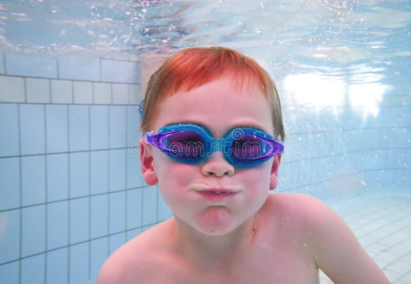 水下男孩的游泳 库存照片