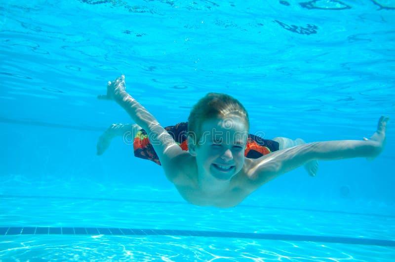 水下男孩的游泳 库存图片