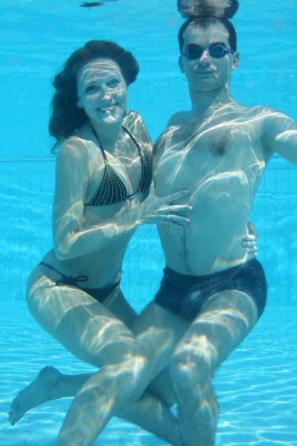 水下的夫妇 库存照片