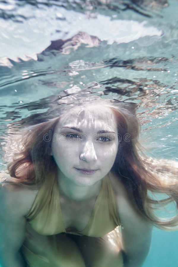 水下的妇女 免版税库存照片
