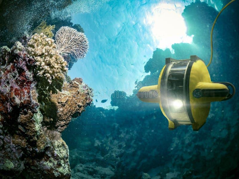 水下的机器人探索深海 图库摄影