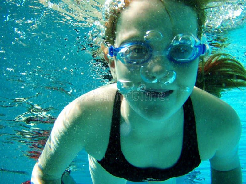 水下的游泳 免版税图库摄影