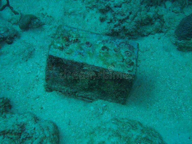 水下的电池 库存照片