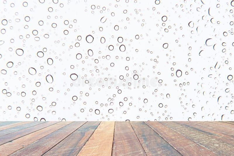 水下落、雨小滴在白色背景和空的木书桌 文本和图象的空白 图库摄影