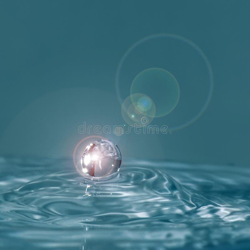 水下落和波纹 免版税库存图片