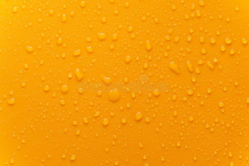 水下落在橙色表面无光泽的背景的纹理特写镜头 免版税库存照片