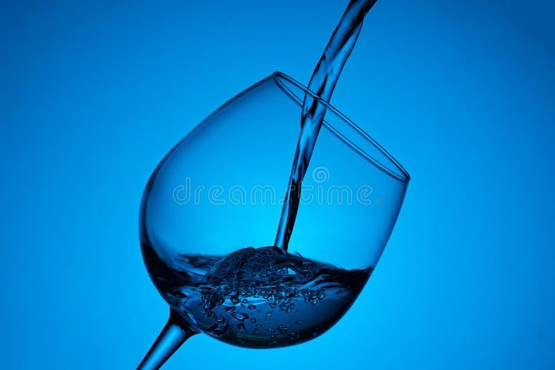 水倒进玻璃 库存照片