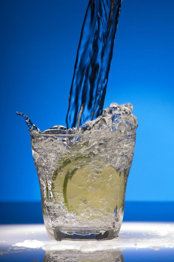 水倾吐的玻璃 免版税库存照片