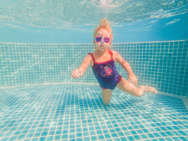 水公园游泳水下和微笑的女孩 库存图片
