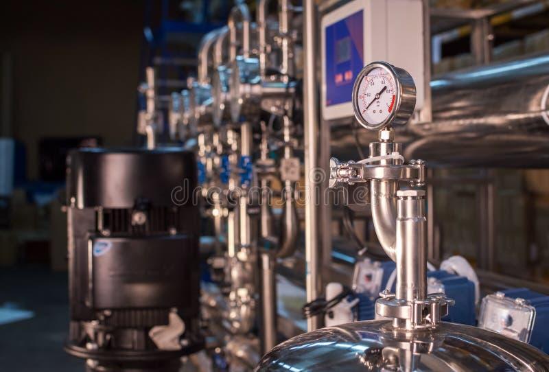 水准备、清洁和治疗的配药技术设备设施在药房植物 图库摄影