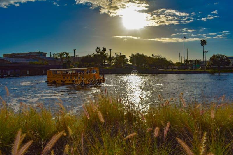 水出租汽车航行在美好的日落背景的希尔斯伯勒角河在市中心 库存照片