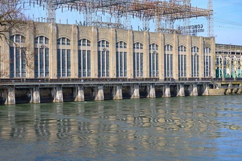 水力发电的水坝动力火车 库存照片