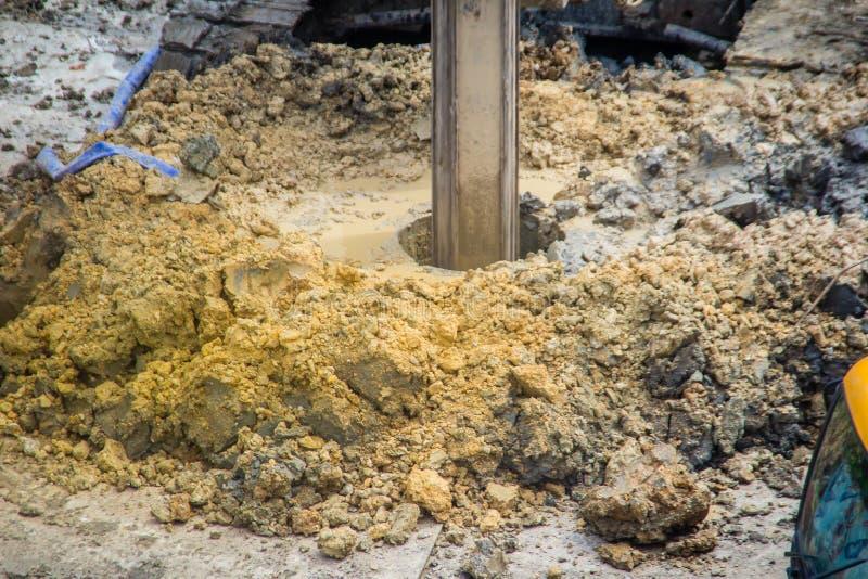 水力钻床在乏味堆工作的建造场所使孔不耐烦 乏味堆是钢筋混凝土elem 免版税图库摄影