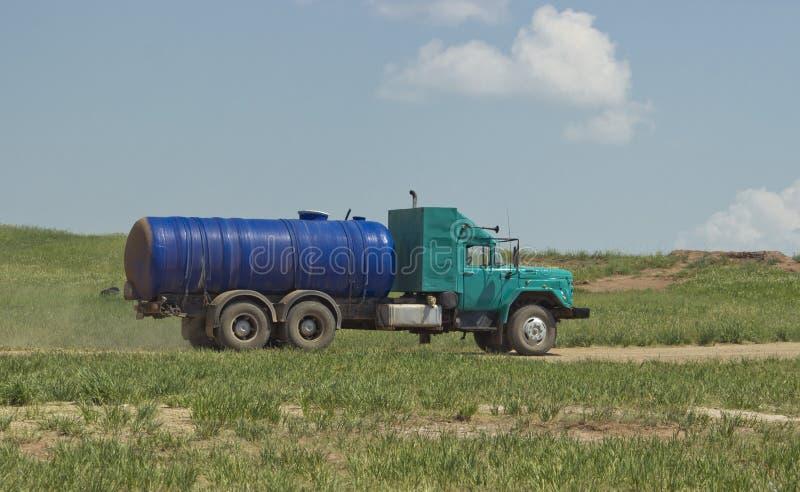 水卡车的侧视图 创造性的水卡车 免版税库存图片