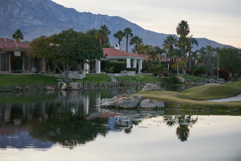 水危险加利球员高尔夫球场 免版税库存图片