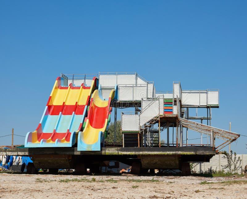 水吸引力在含沙海岸站立在一个夏日 库存照片