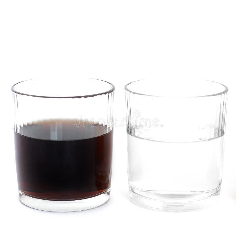 水和可乐在玻璃在白色背景 饮料 图库摄影