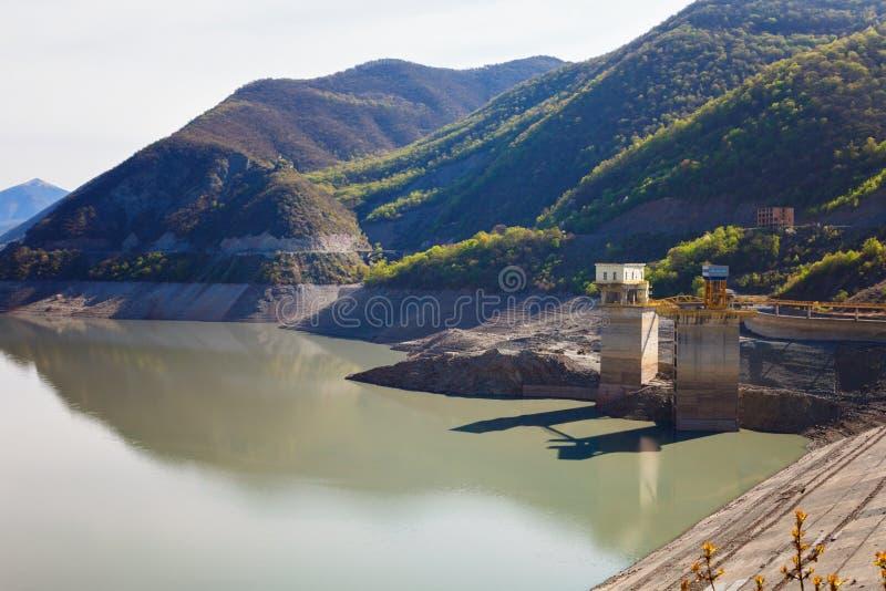 水和山第比利斯,乔治亚Zhinvalskoe水库风景  库存照片