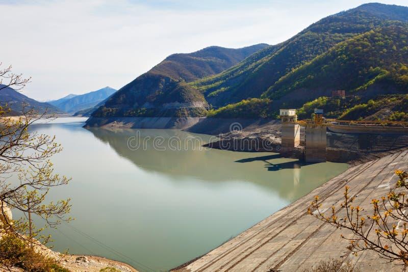 水和山第比利斯,乔治亚Zhinvalskoe水库风景  免版税库存图片