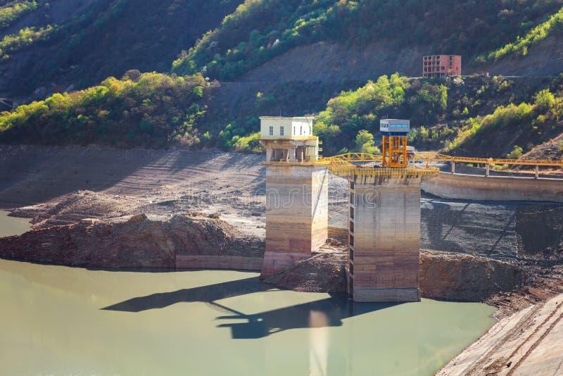 水和山第比利斯,乔治亚Zhinvalskoe水库风景  免版税库存照片