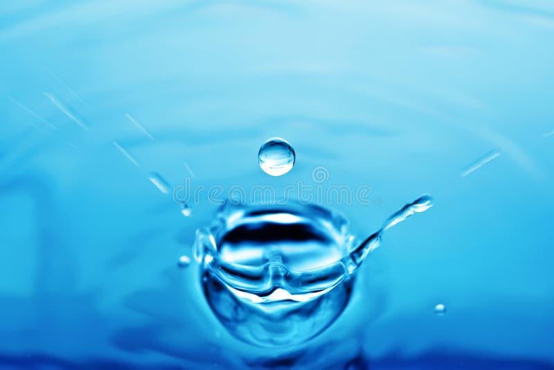 水圆的透明滴,向下秋天 r 免版税图库摄影
