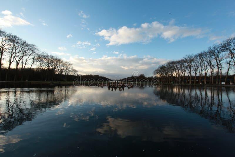 水在凡尔赛宫殿,在冬天 免版税库存图片