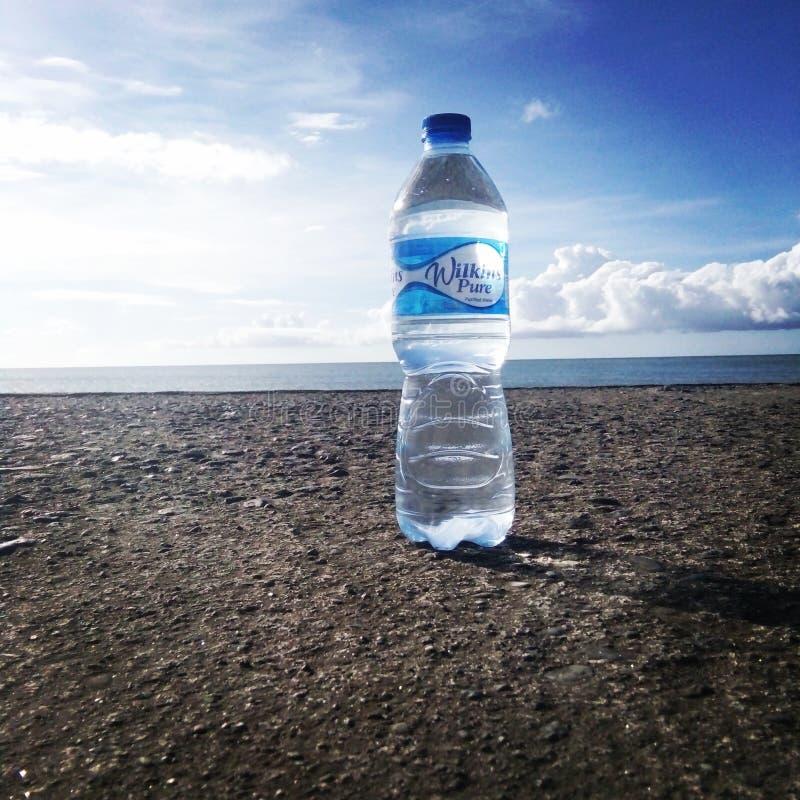 水在深蓝色海 免版税库存照片