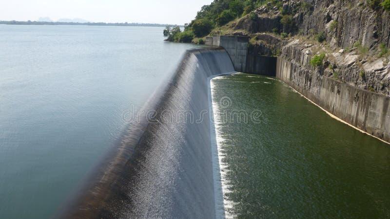 水坝溢出 库存图片