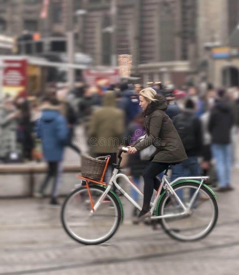 水坝的循环的妇女在阿姆斯特丹 库存图片