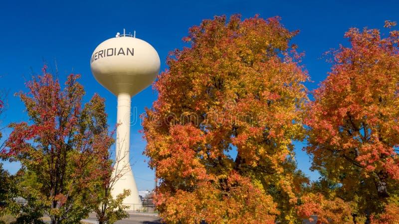 水塔在有树的子午爱达荷在秋天颜色 库存照片