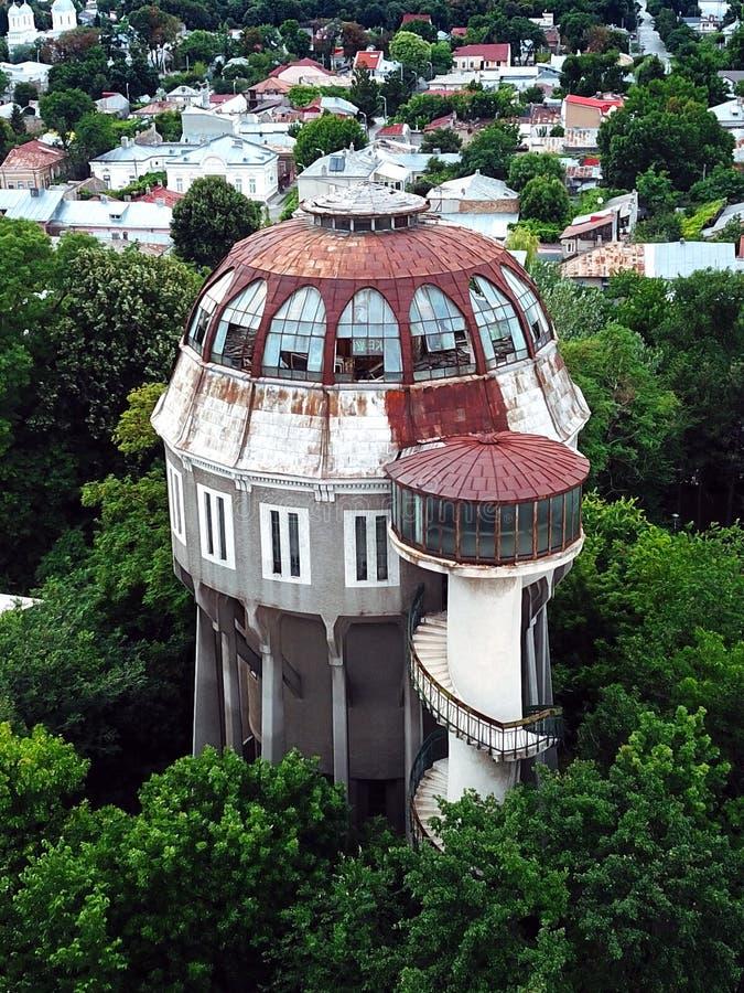 水塔的美好的鸟瞰图从布勒伊拉罗马尼亚的 免版税库存照片