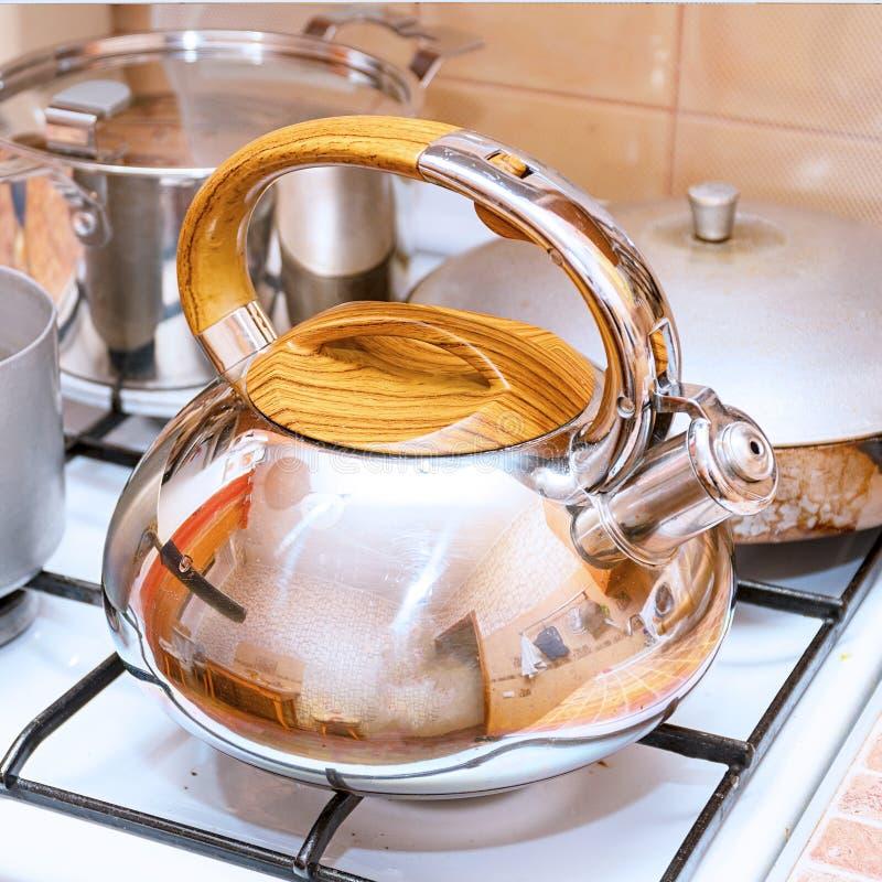 水壶、平底深锅和一个煎锅在煤气炉 库存照片