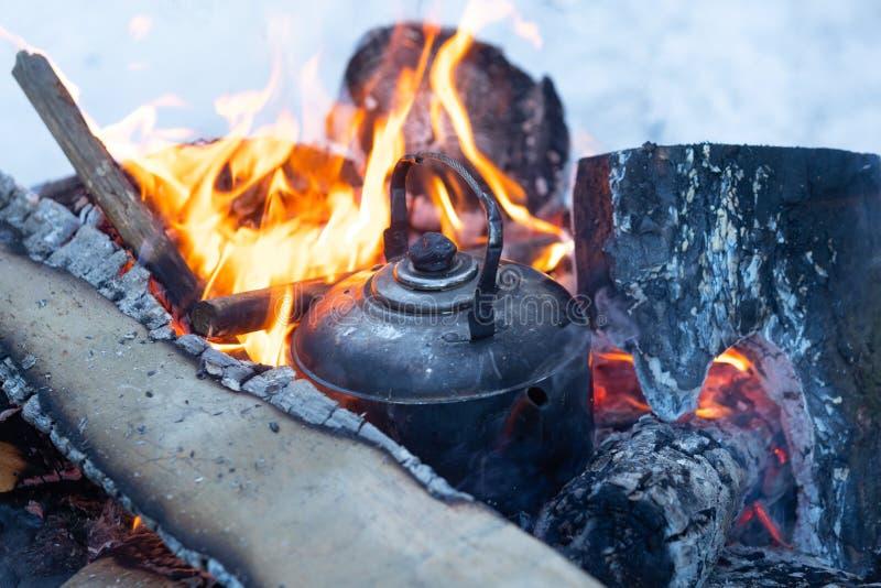 水壶在火营火煮沸 免版税库存图片