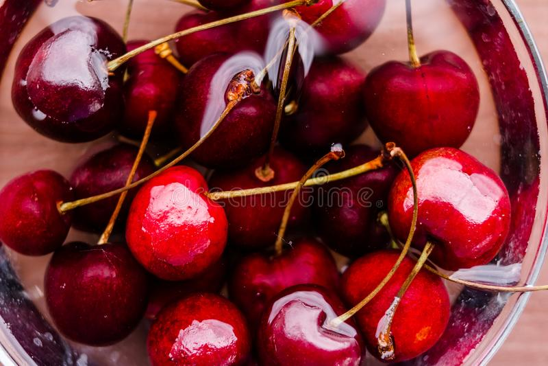水多的湿红色樱桃堆  未加工的新鲜的有机莓果 樱桃关闭 饮食健康生活方式 生物产品 免版税库存图片