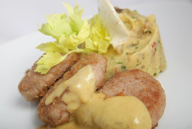 水多的肉小馅饼服务与绿色和土豆泥与菜 免版税库存照片