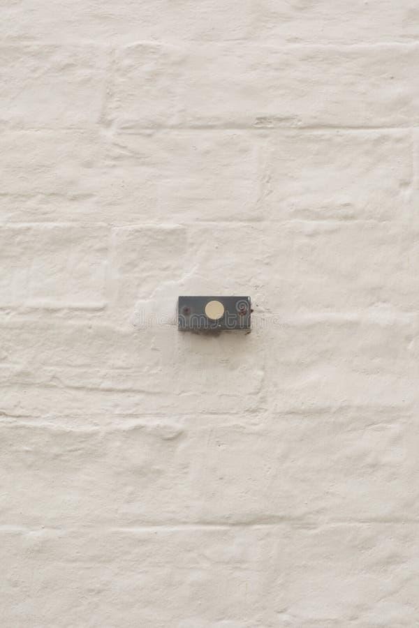 水平地在砖墙安置的门铃 免版税库存照片