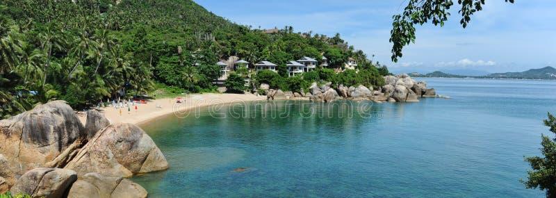 水平的与泰国海湾,度假者的异乎寻常的石头山坡旅馆房子土耳其玉色海湾的图象美丽如画的风景  库存图片