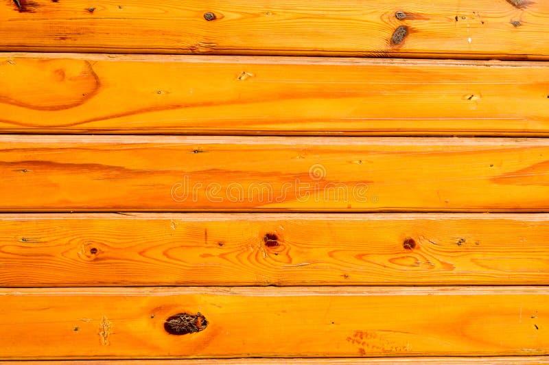 水平的橙色木被上漆的委员会纹理有结的,手工制造 抽象背景异教徒青绿 免版税库存图片