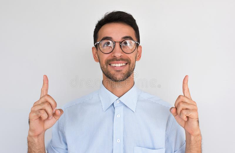 水平的特写镜头被射击向上愉快的满意的白种人男性点与两个食指,注意惊人的事上面 免版税库存照片