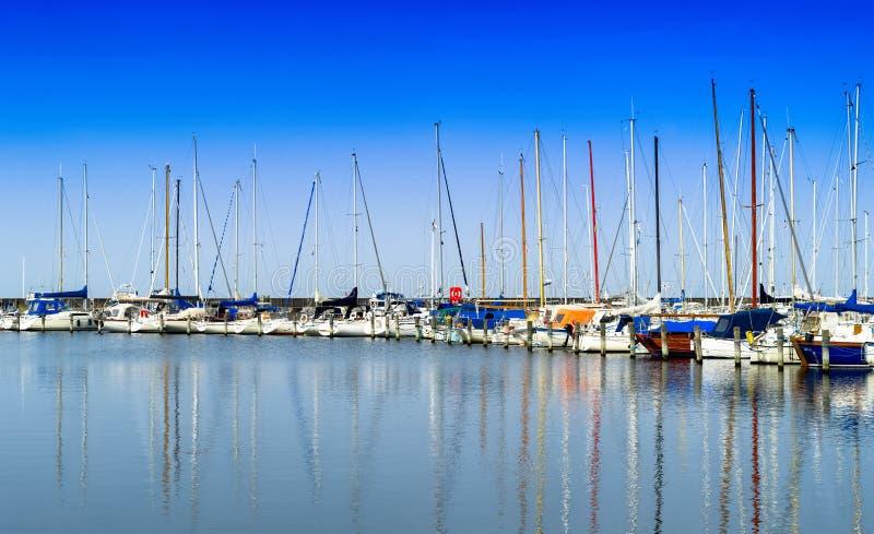 水平的生动的丹麦游艇俱乐部反射背景backdr 库存图片