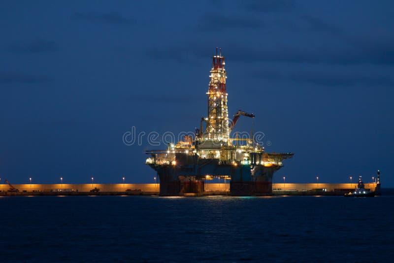 水平的石油钻井平台在Cana的晚上 库存照片
