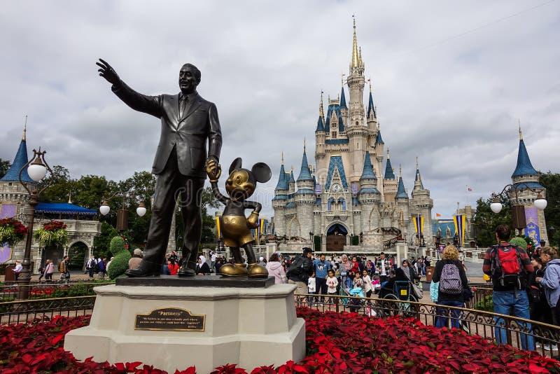 水平的观点的华特・迪士尼和米老鼠伙伴 免版税图库摄影