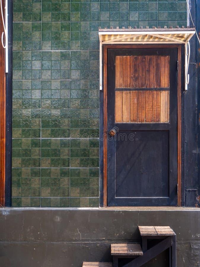 水平黑大门对房子;门是垂直的木板 免版税库存照片