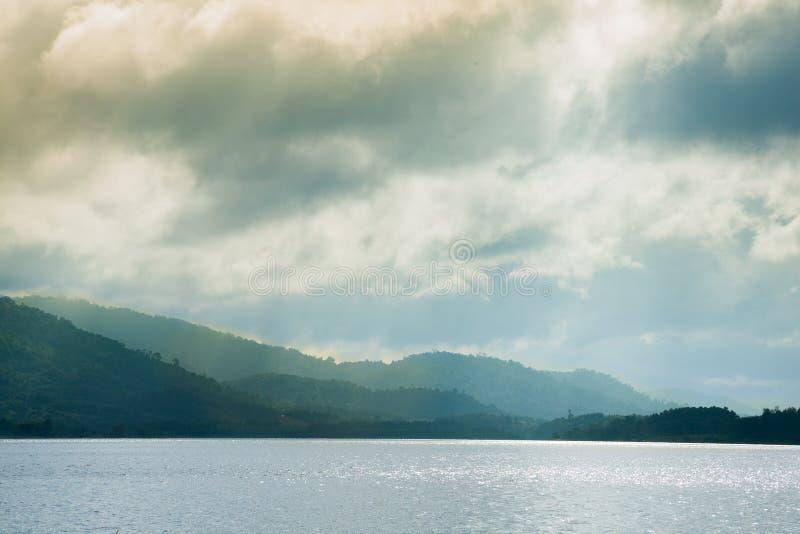 水库和山 免版税库存照片