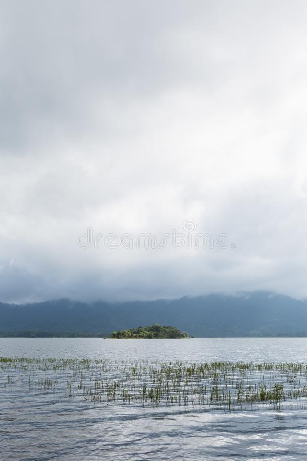 水库附有山和森林 免版税库存图片