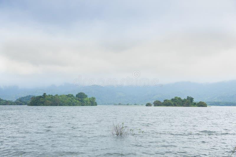 水库附有山和森林 图库摄影
