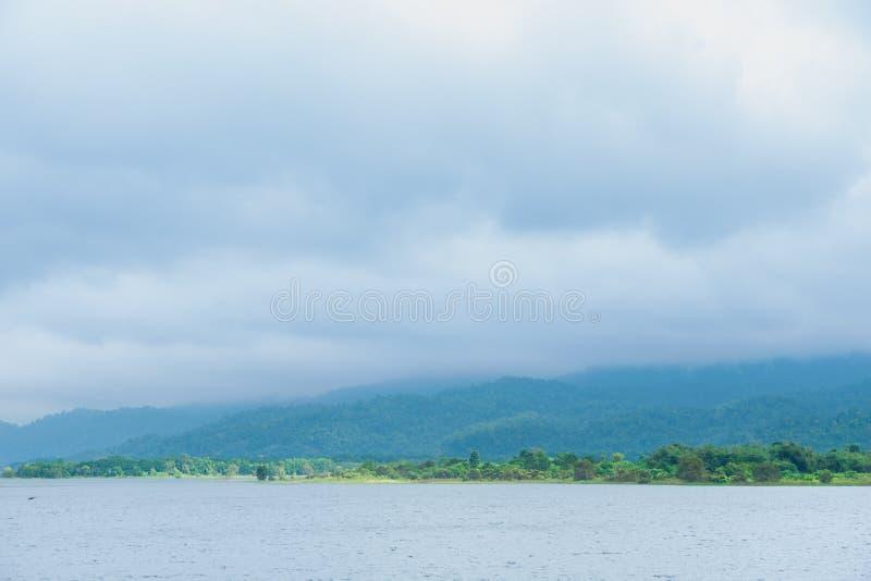 水库附有山和森林 免版税库存照片