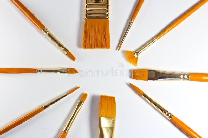 水彩、油和丙烯酸酯绘画的艺术木刷子在whi 免版税库存图片