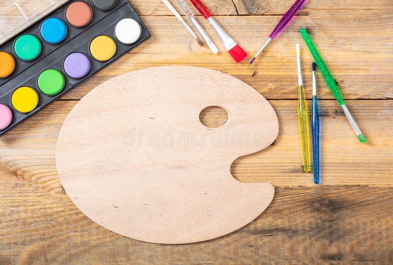 水彩和艺术家绘在木背景,文本的,顶视图空间的调色板 免版税图库摄影