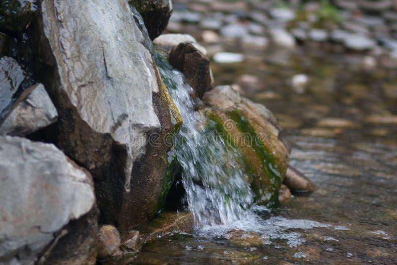 水慢慢流掉在的石头 免版税库存图片